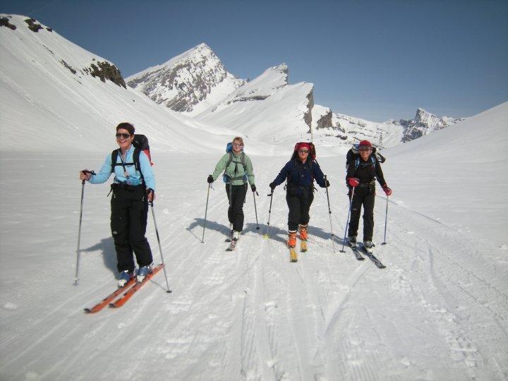 Des filles en forme, en direction de la cabane Lämmeren dans le Wildstrubel