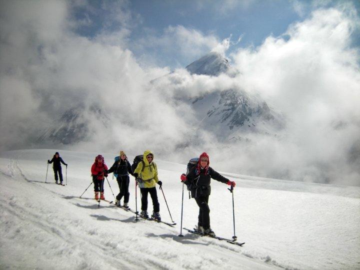 la vue se dévoile sur tous les sommets environnants : Rinderhorn, Balmhorn, Schwarzhorn, Daubenhorn, Steghorn